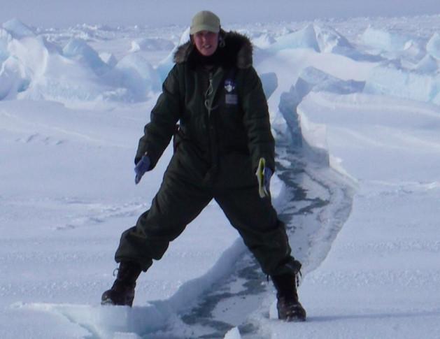 La chercheuse dans l'Arctique Cathy Geiger, à 200 miles au nord de Barrow, en Alaska, chevauche une fissure dans la glace et la neige.