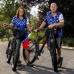 Lori, izquierda y Dean Jenoni fueron fotografiados en una calle cerca de su casa en Sandy el martes 7 de Sandy de 2021, hablando de su último viaje en bicicleta desde la frontera con Canadá hasta la frontera con México.