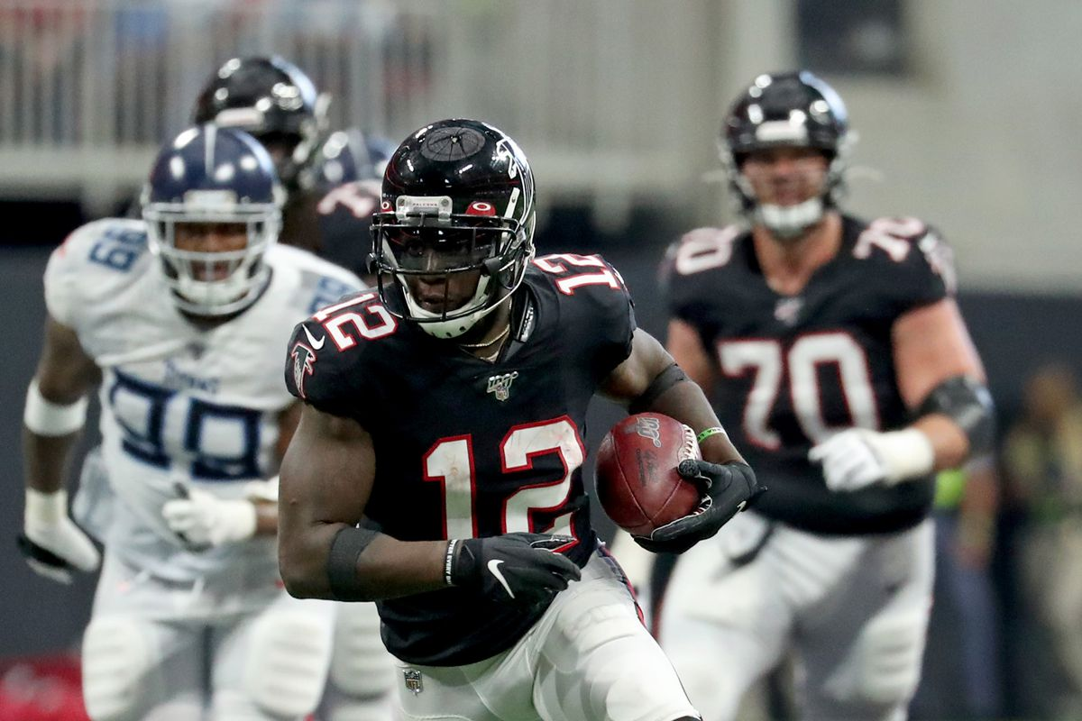 Atlanta Falcons wide receiver Mohamed Sanu runs after a catch in the third quarter against the Tennessee Titans at Mercedes-Benz Stadium.