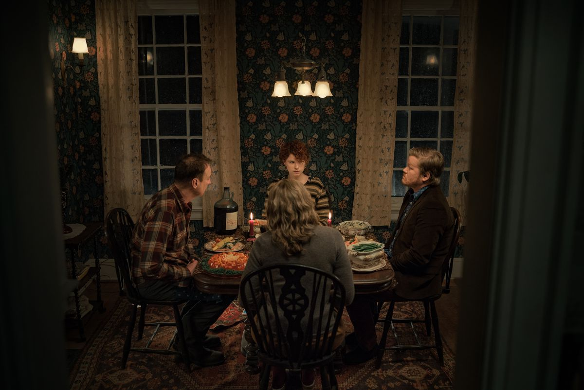 I'm Thinking of Ending Things: David Thewlis as Father, Jessie Buckley as Young Woman, Toni Collette as Mother, Jesse Plemons as Jake at the kitchn table