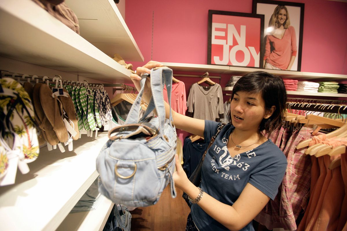 21385ec580 Buyer Beware: What You're Actually Getting at Outlet Stores - Racked