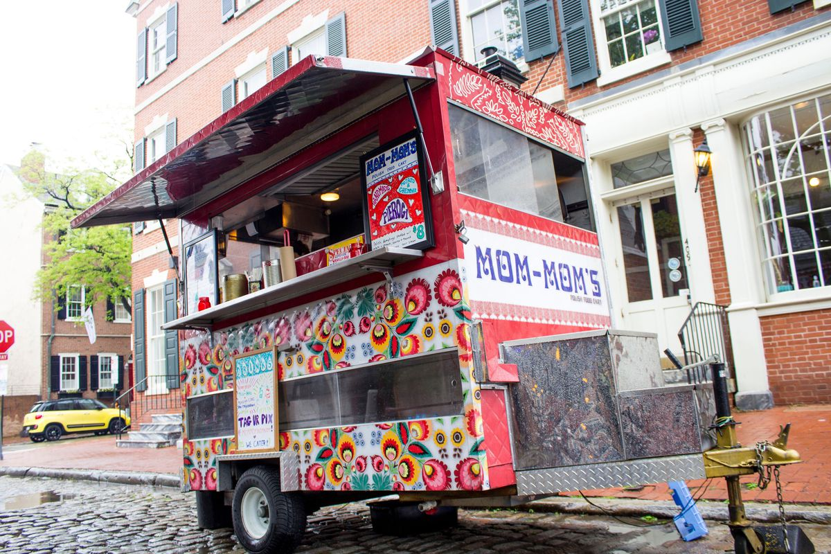food truck that says mom-mom's