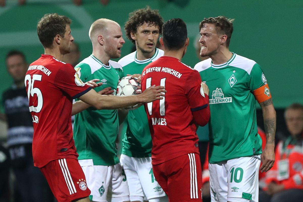 24 April 2019, Bremen: Soccer: DFB Cup, semi-final: Werder Bremen - FC Bayern Munich in the Weserstadion. Munich's players (l-r) Thomas Müller and James Rodriguez discuss with Bremen's Davy Klaassen, Milos Veljkovic and Max Kruse (r, 10).