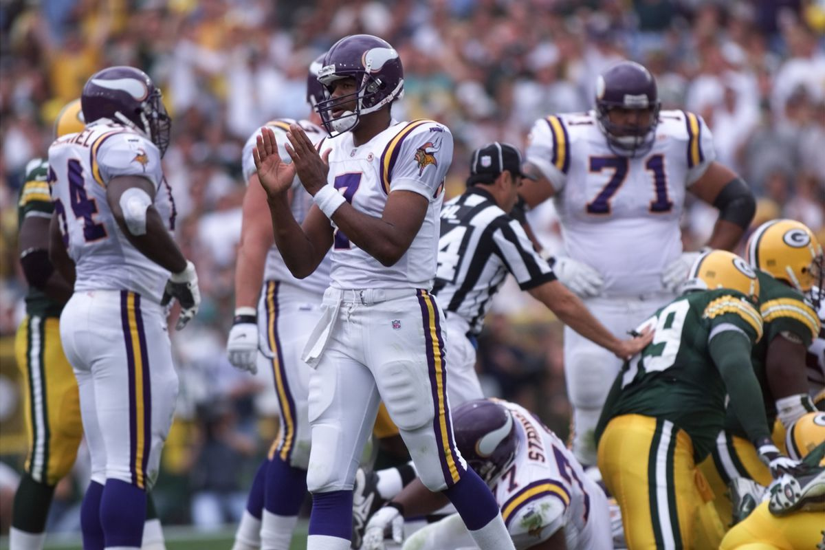 Vikings - Green Bay Packer football September 26,1999. — Minnesota Vikings QuarterBack Show his coaches the distance to go on a 2 quarter drive against the green bay Packers at Lambeau field Sunday Sept. 26, 1999.