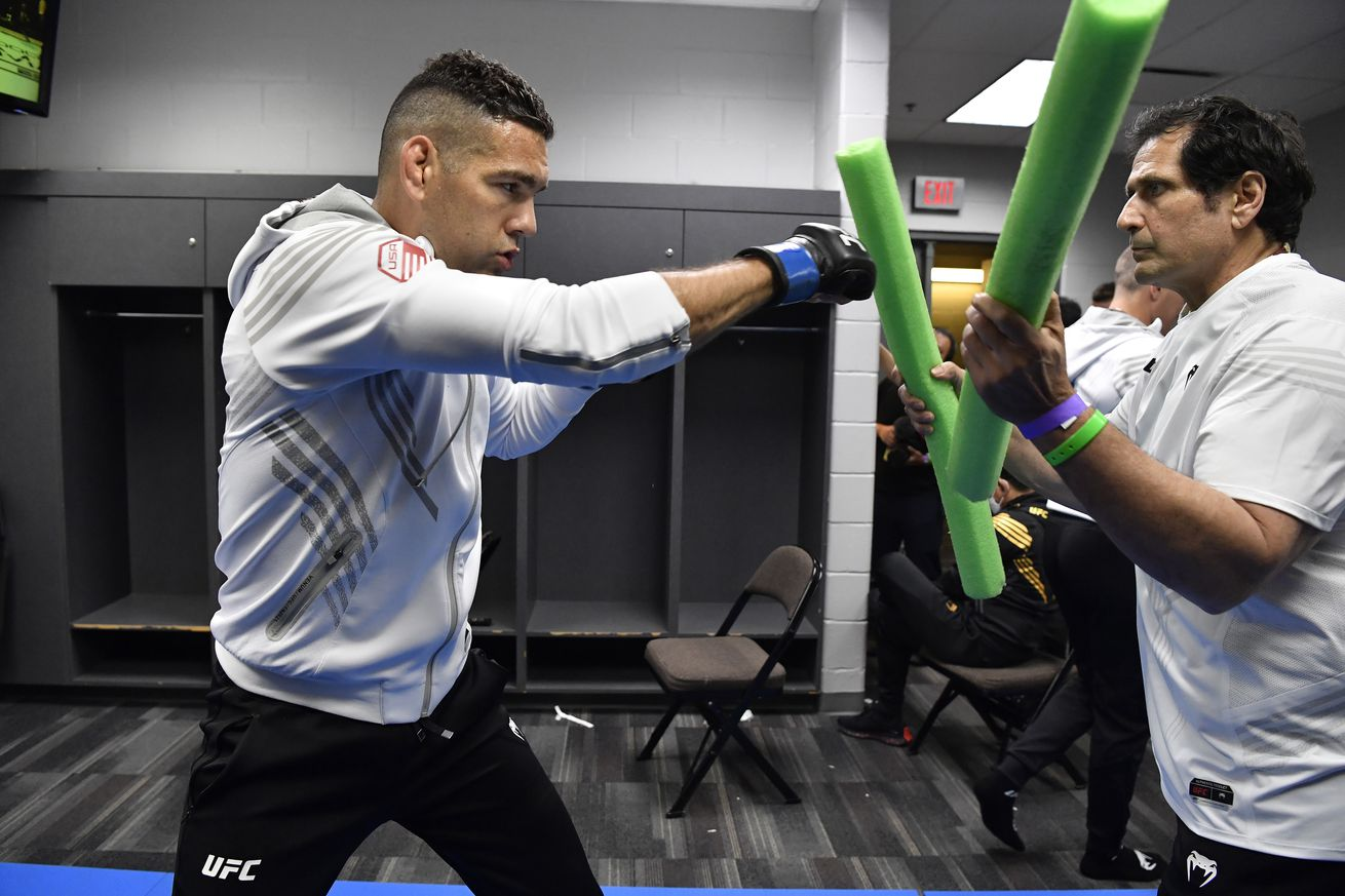 <label itemprop='headline'><a href='https://www.mvpboxing.com/news/mma/1623701300/Video-Weidman-back-in-gym-just-seven-weeks-out-from?ref=headlines' itemprop='url' class='headline_anchor news_link'>Video: Weidman back in gym just seven weeks out from UFC 261 leg break</a></label><br />Chris Weidman warms up backstage at VyStar Veterans Memorial Arena ahead of his middleweight fight