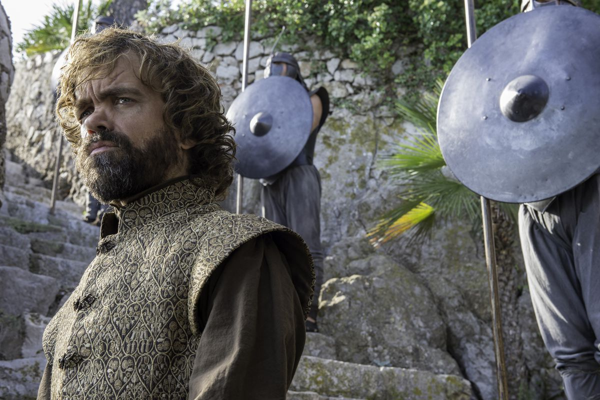 Game of Thrones 402 - Tyrion with a staircase and soldiers behind him