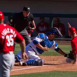 Kyle Schwarber tags out the potential tying run -