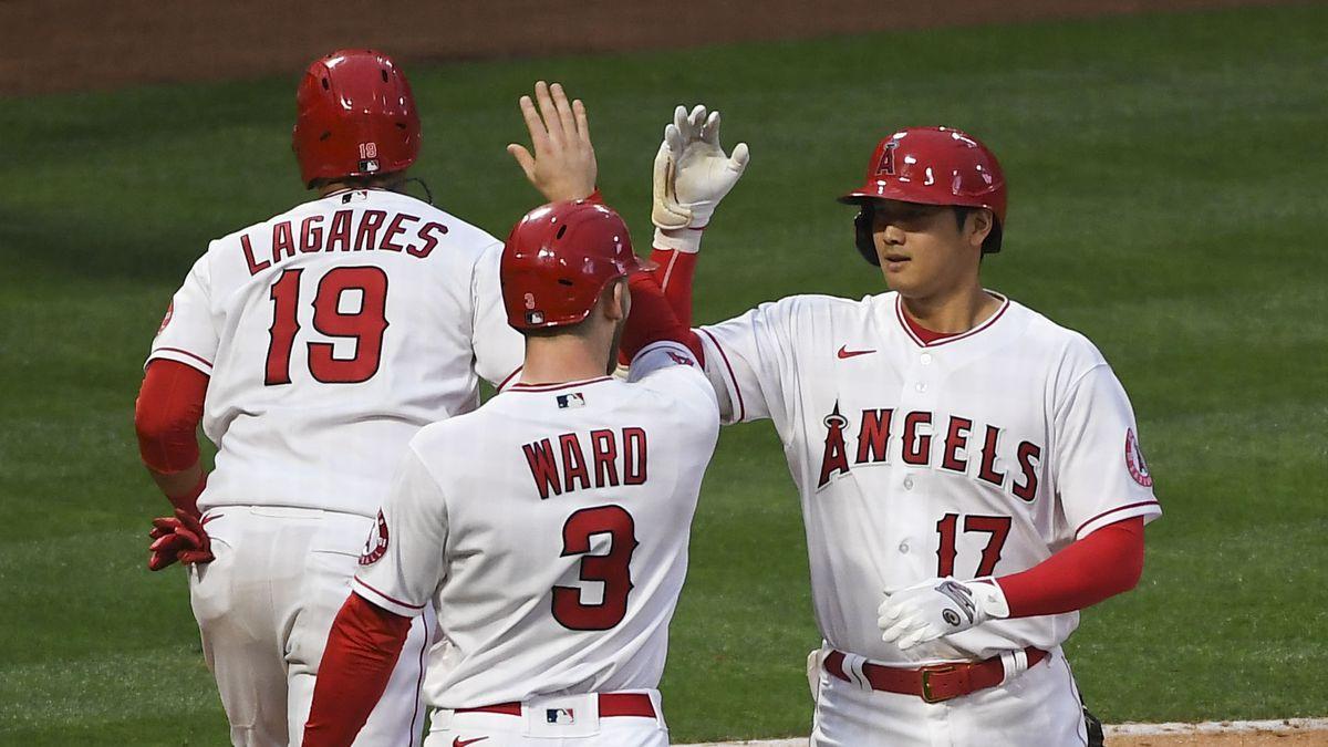 洛杉矶天使队的指定击球手大谷shohei Ohtani被右外野手Taylor Ward和左外野手Juan Lagares祝贺,他们在第二局对克利夫兰印第安人队击出两分全垒打。