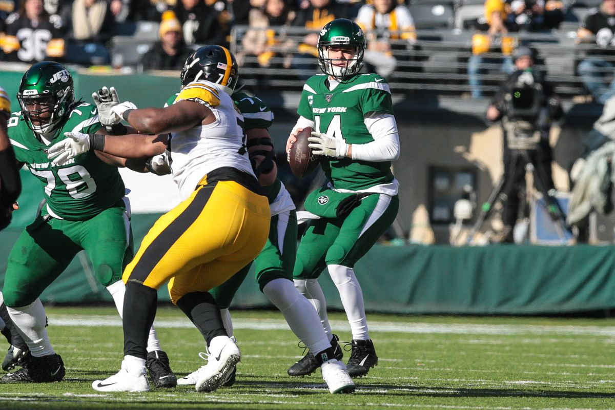 New York Jets quarterback Sam Darnold drops back to pass as Pittsburgh Steelers offensive tackle Alejandro Villanueva defends during the first quarter at MetLife Stadium.