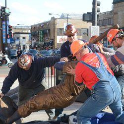 5:15 p.m. Ernie Banks statue being lifted -