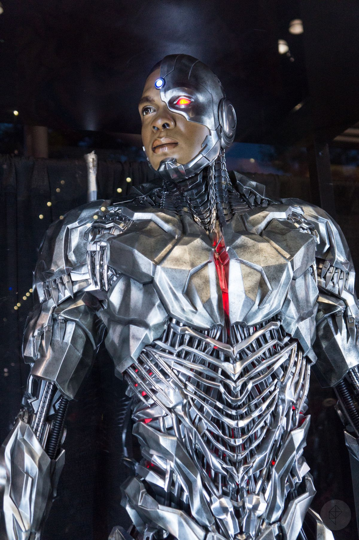 Cyborg costume from Justice League movie in glass case at NYCC 2017, top half