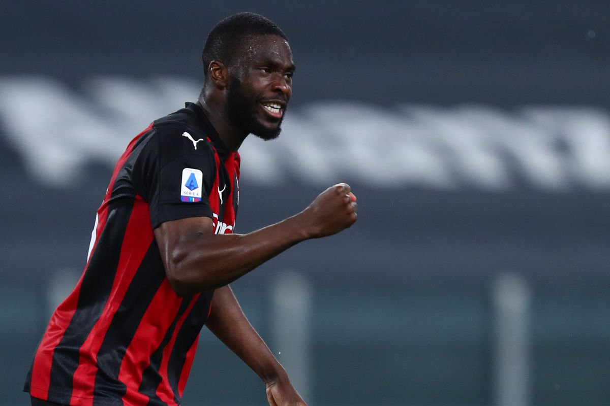 Fikayo Tomori of Ac Milan celebrate at the end of the Serie...