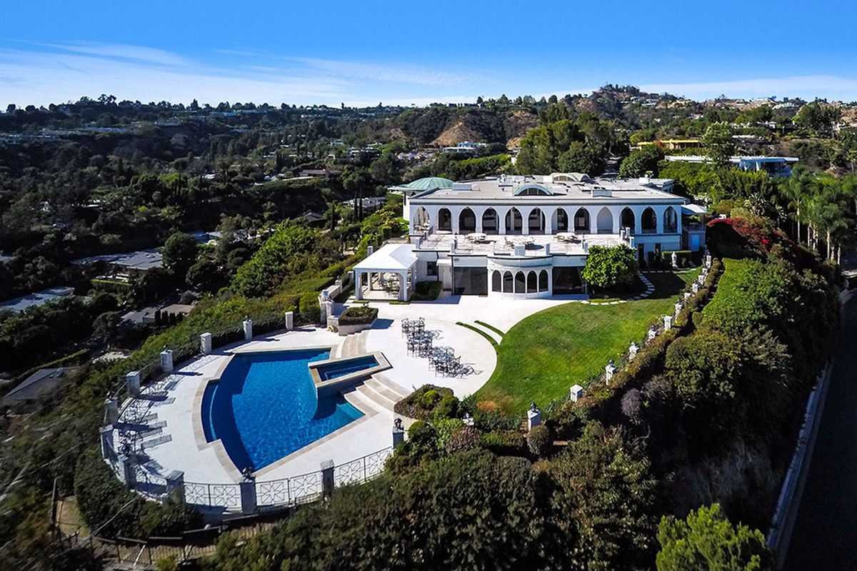 Right next door to the record breaking 70 million house where owner minecraft creator markus persson has tons of edm djs and celebs party in his infinity