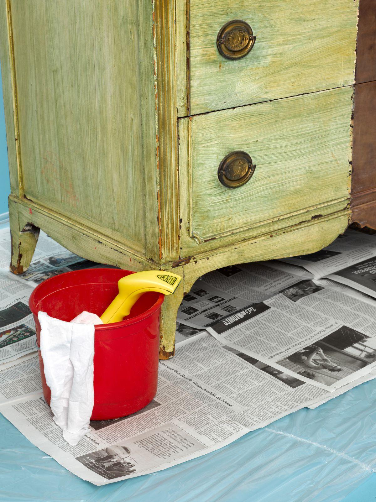 Cubo de herramientas listo para pelar pintura en interiores.