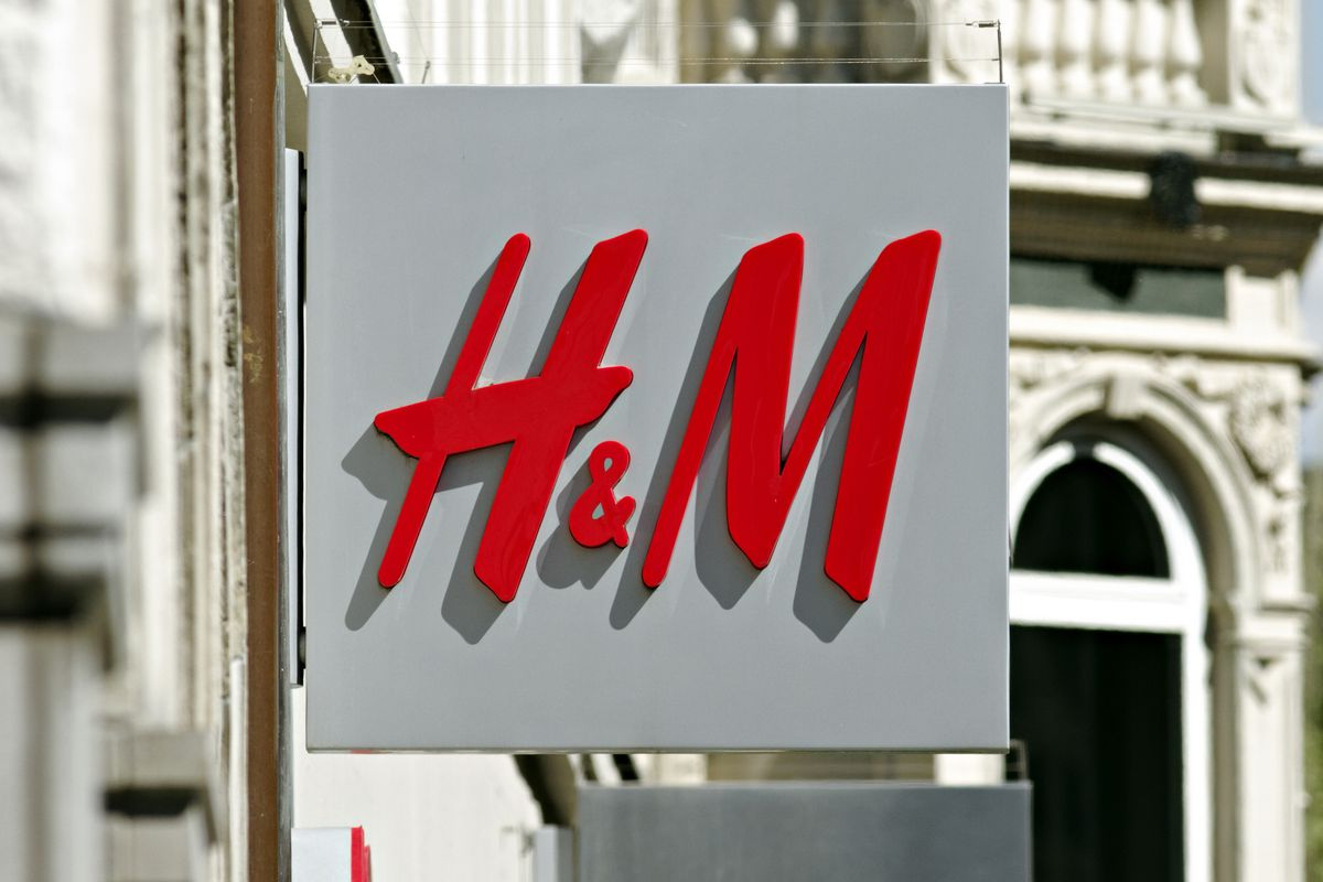 h m unveils first ad campaign to feature a muslim model in hijab racked. Black Bedroom Furniture Sets. Home Design Ideas