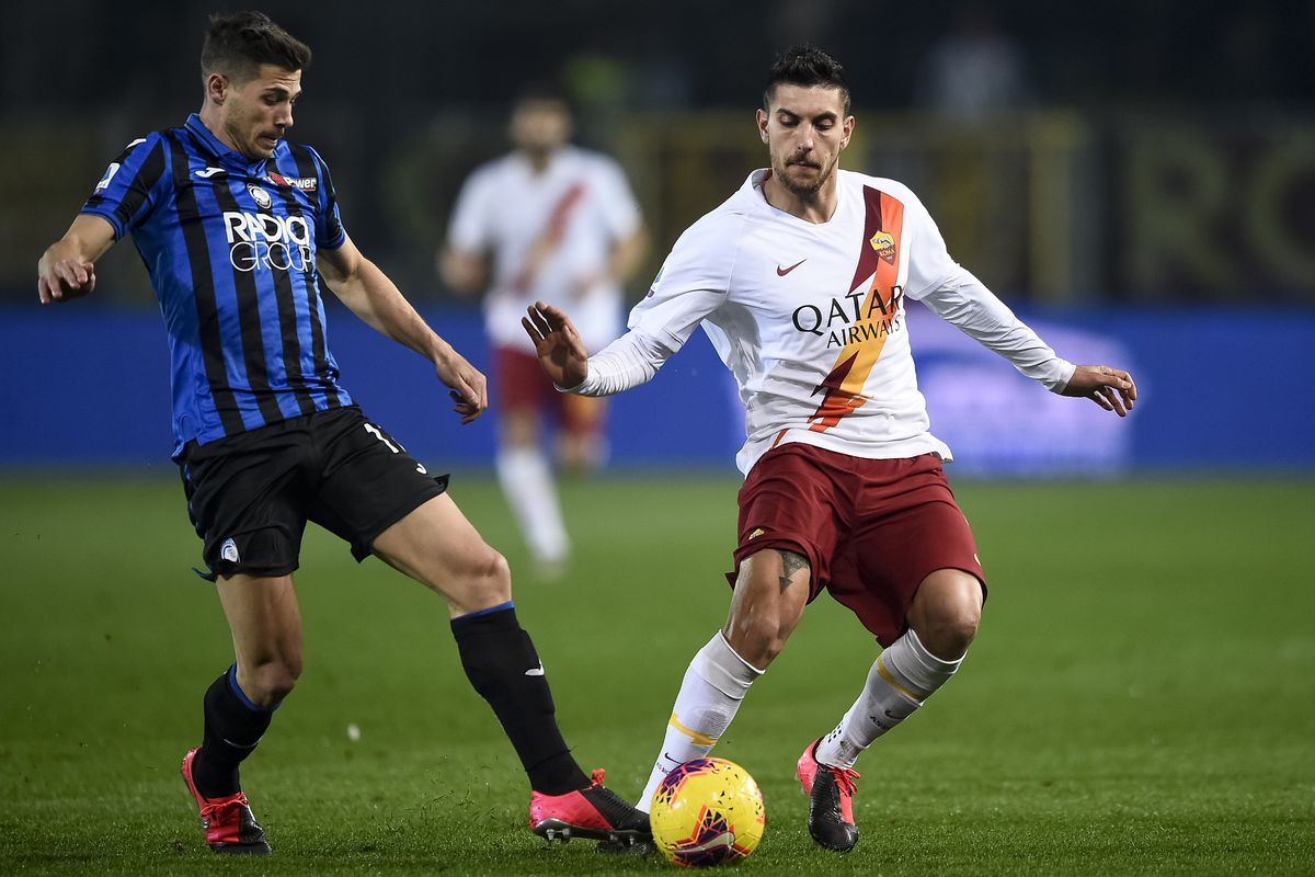 Lorenzo Pellegrini (R) of AS Roma is challenged by Remo...