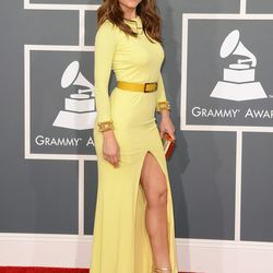 Maria Menounos showing some thigh in a belted Gomez-Gracia number.