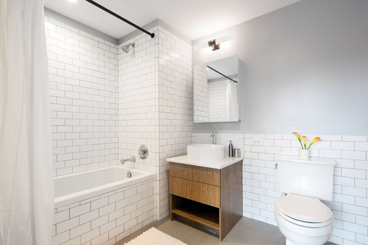 A Loft Like Two Bedroom Bathroom Apartment On Grand Street In Williamsburg Can Be Yours For 4 215 Month The E Mixes And Contemporary