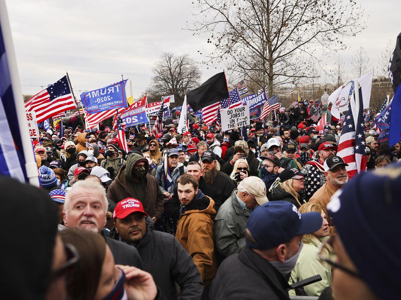 Une foule de personnes lors d'un rassemblement pro-Trump.