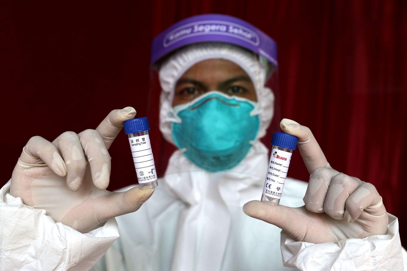 Indonesian health workers break the chain of coronavirus infections