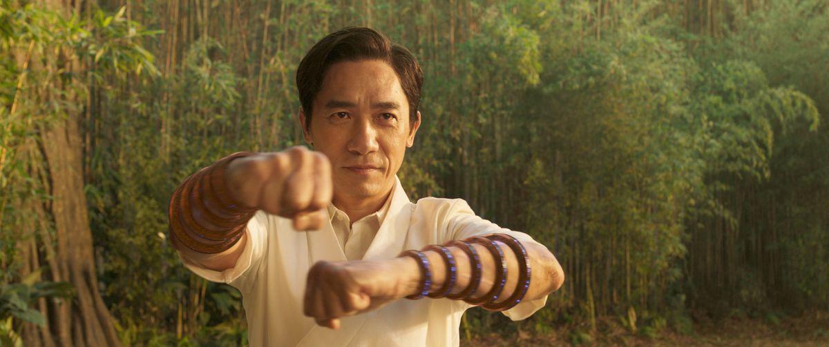 Wenwu (Tony Leung) empuñando los Diez Anillos en Shang-Chi y la Leyenda de los Diez Anillos.