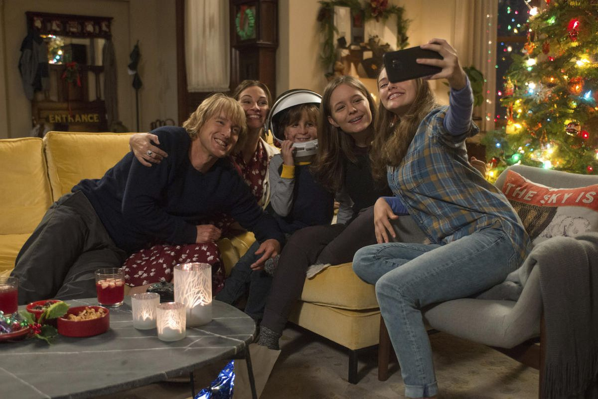 """From L to R: Owen Wilson as Nate, Julia Roberts as Isabel, Jacob Tremblay as Auggie, Izabela Vidovic as Via""""and Danielle Rose Russell as Miranda in """"Wonder,"""" which opens nationwide Nov. 17."""