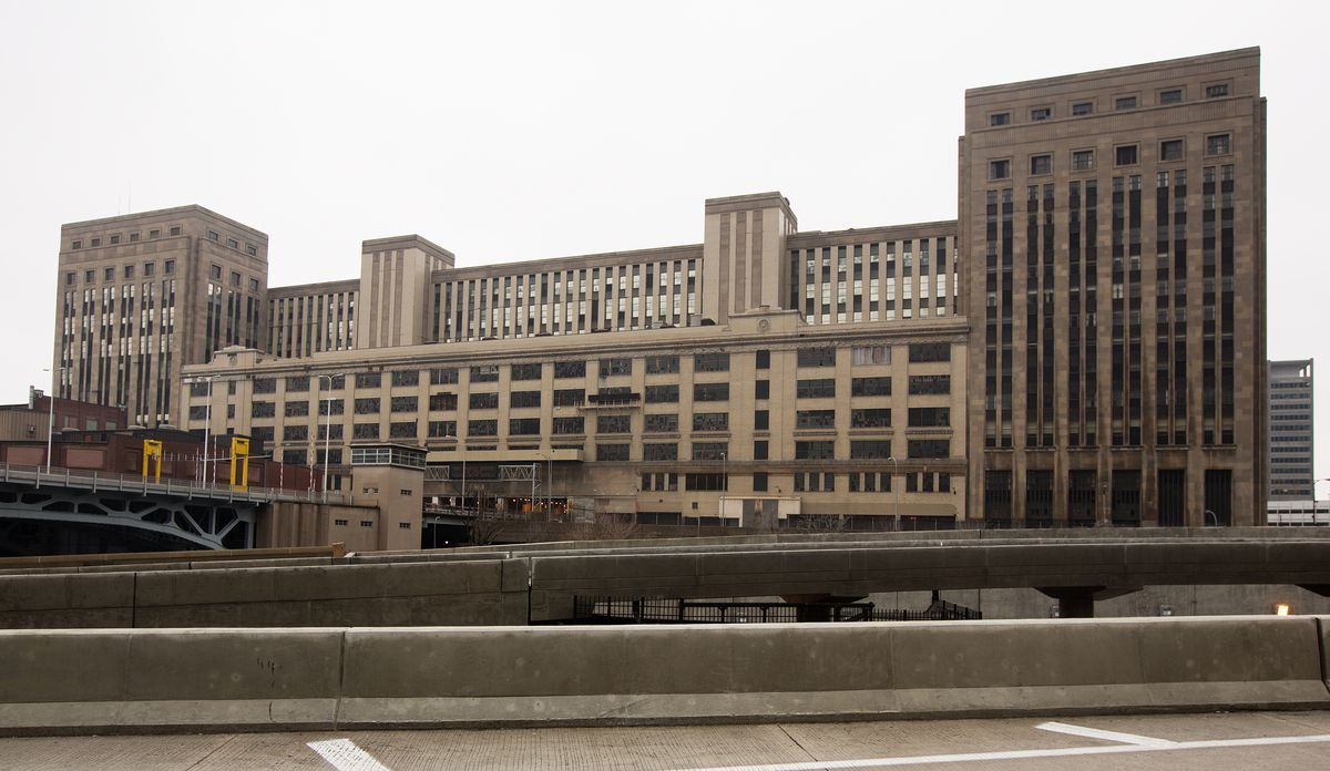 The former main post office, which was built with a hole in the middle to accommodate the as-yet unbuilt Eisenhower Expressway, has been vacant since 1995.   File photo