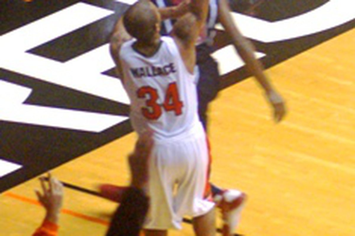 Lathan Wallace spots up from the corner during Oregon State's win over Arizona.