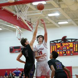 Deerfield's Jackson Kenyon (15) puts up a hook shot in the lane, Wednesday 02-06-19. Worsom Robinson/For the Sun-Times.