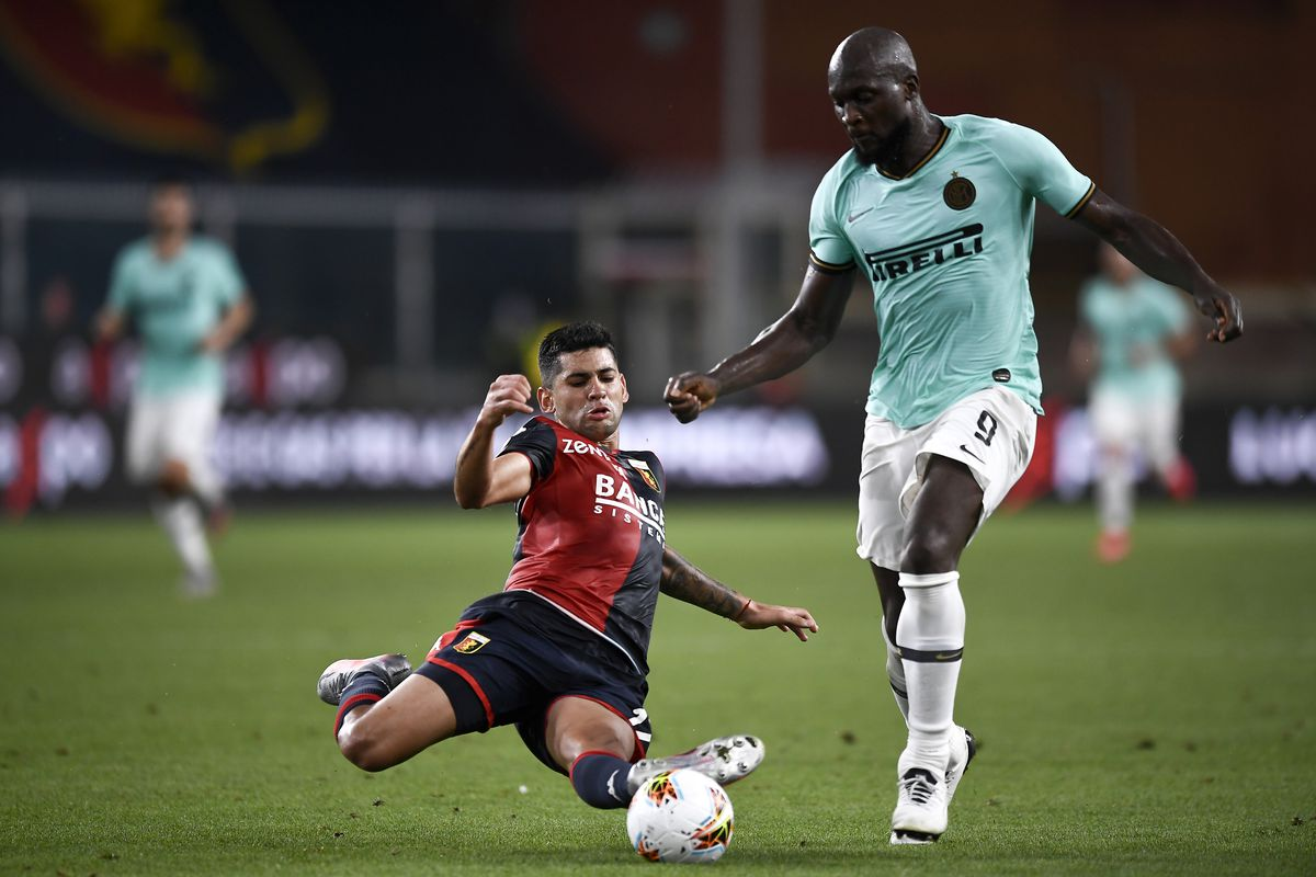 Cristian Romero (L) of Genoa CFC tackles Romelu Lukaku of FC...