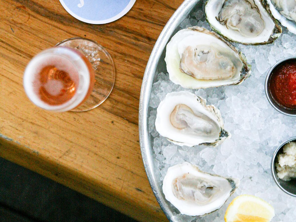 A tray of ice and halved oysters