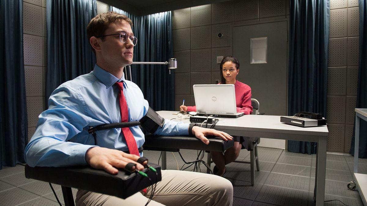 Joseph Gordon-Levitt plays Edward Snowden