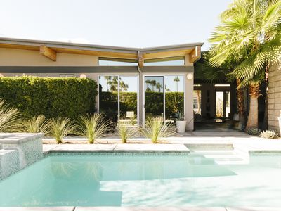 In Palm Springs, a couple embraces midcentury style?and green design