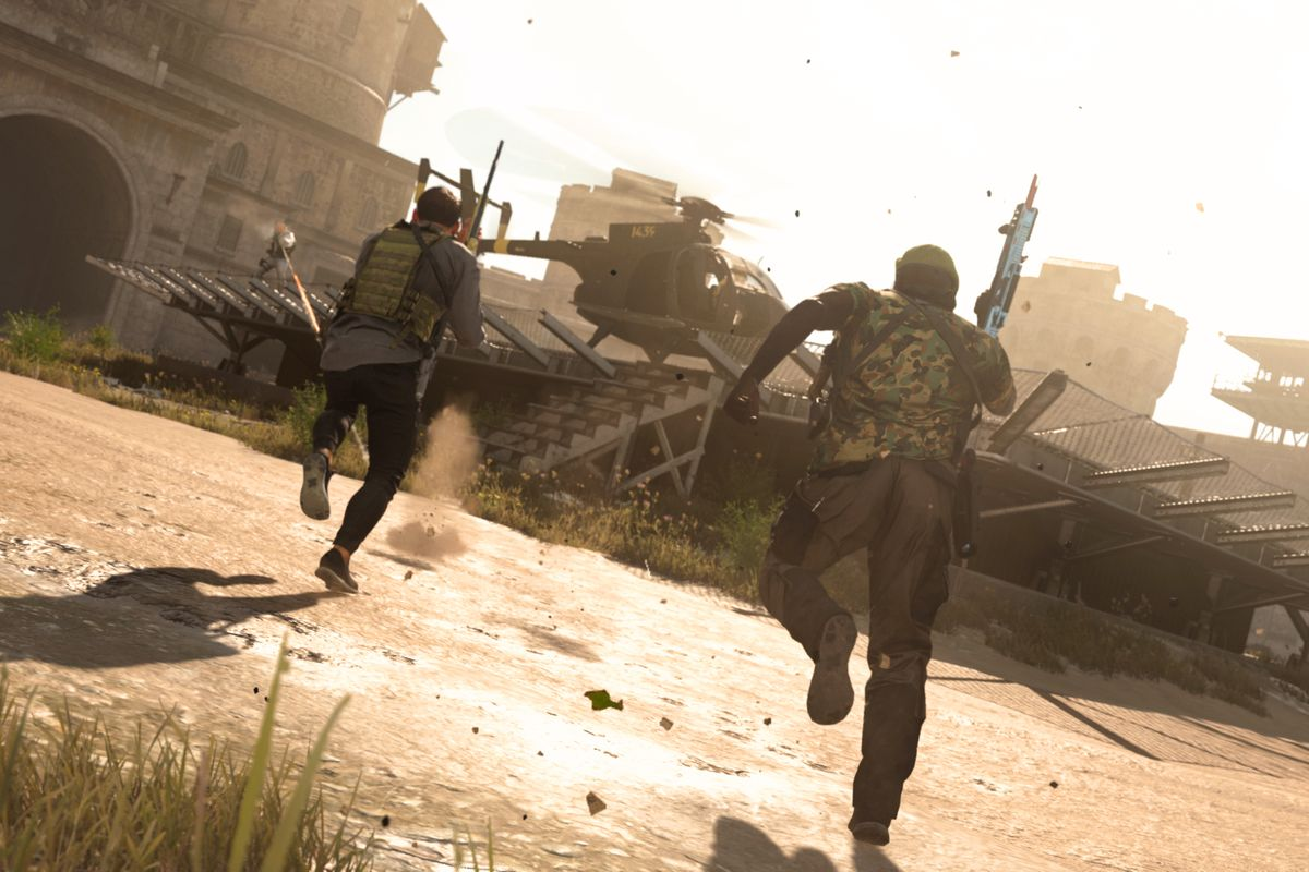 two players in Call of Duty: Warzone rush toward a helicopter