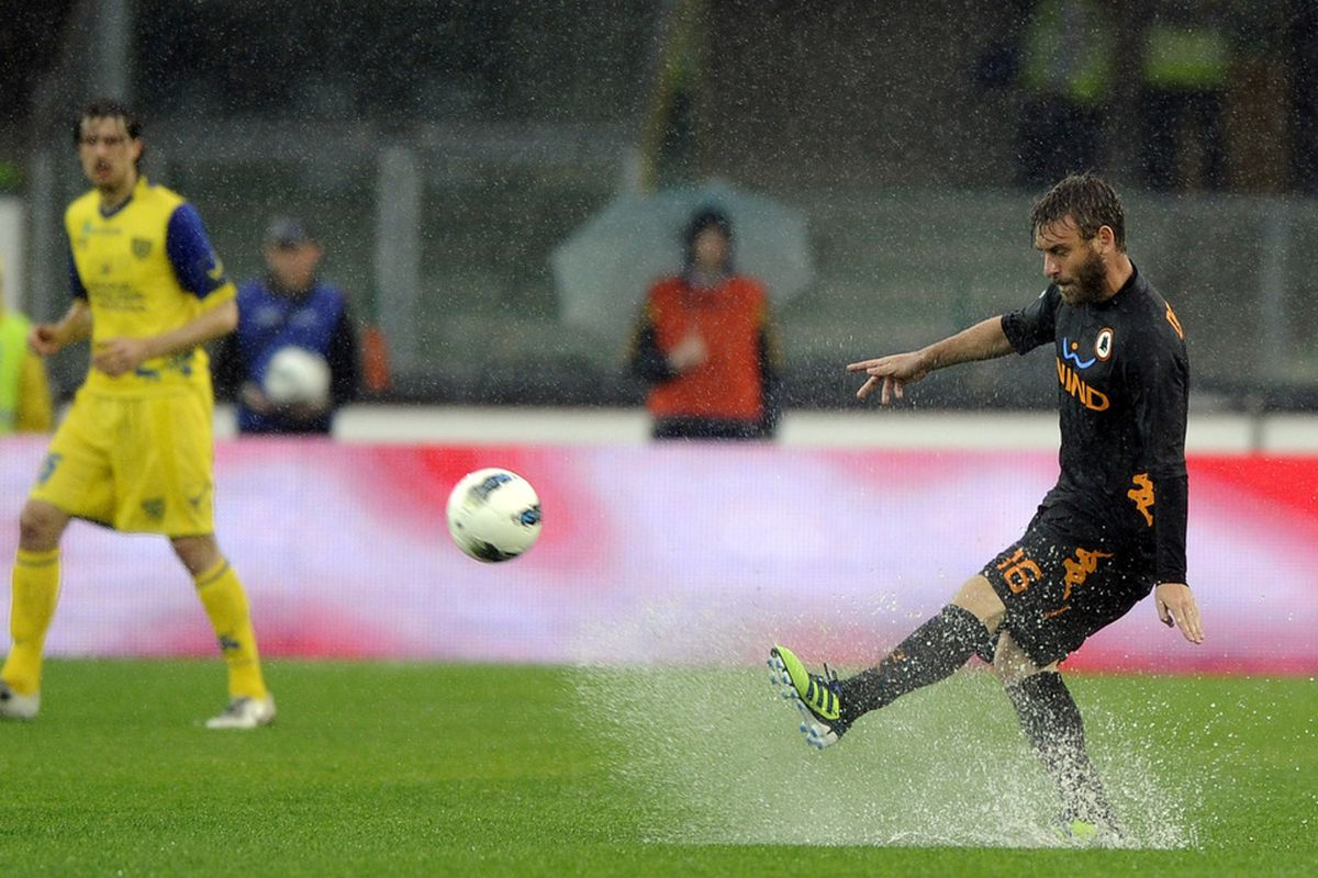 VERONA, ITALY - MAY 01:  Daniele De Rossi of AS Roma during the Serie A match between AC Chievo Verona and AS Roma at Stadio Marc'Antonio Bentegodi on May 1, 2012 in Verona, Italy.  (Photo by Claudio Villa/Getty Images)