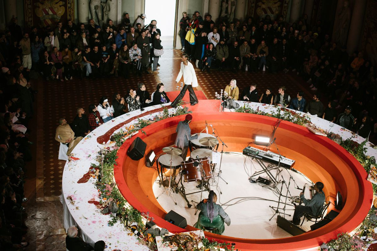 Overhead view of the round table where a model is walking.