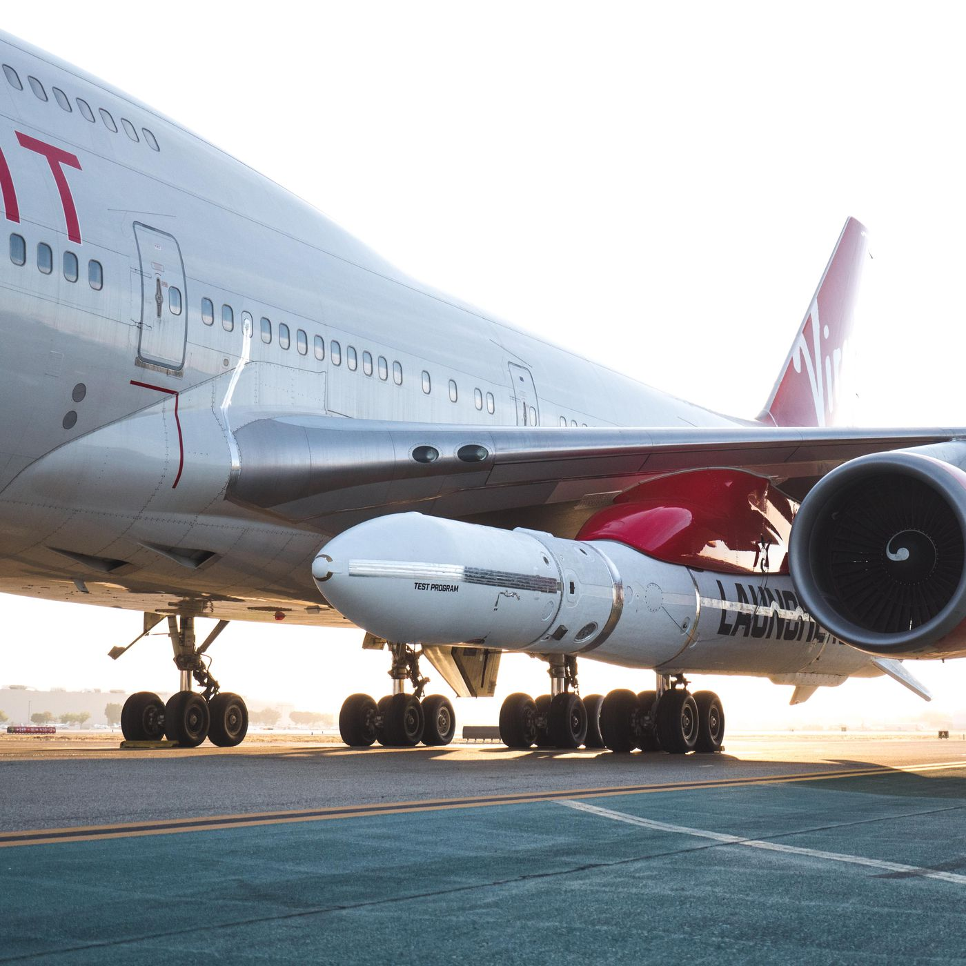 Virgin Orbit's LauncherOne: photos show the rocket attached