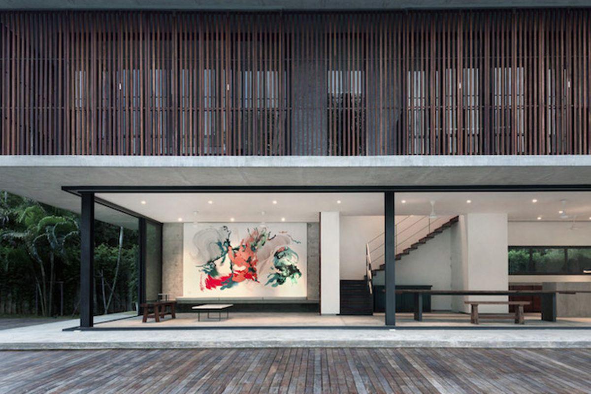 "Photo by Luke Yeung via <a href=""http://www.dezeen.com/2015/04/22/swiss-tropical-house-slatted-timber-screens-shade-poolside-bang-saray-thailand-architect-kidd/"">Dezeen</a>"