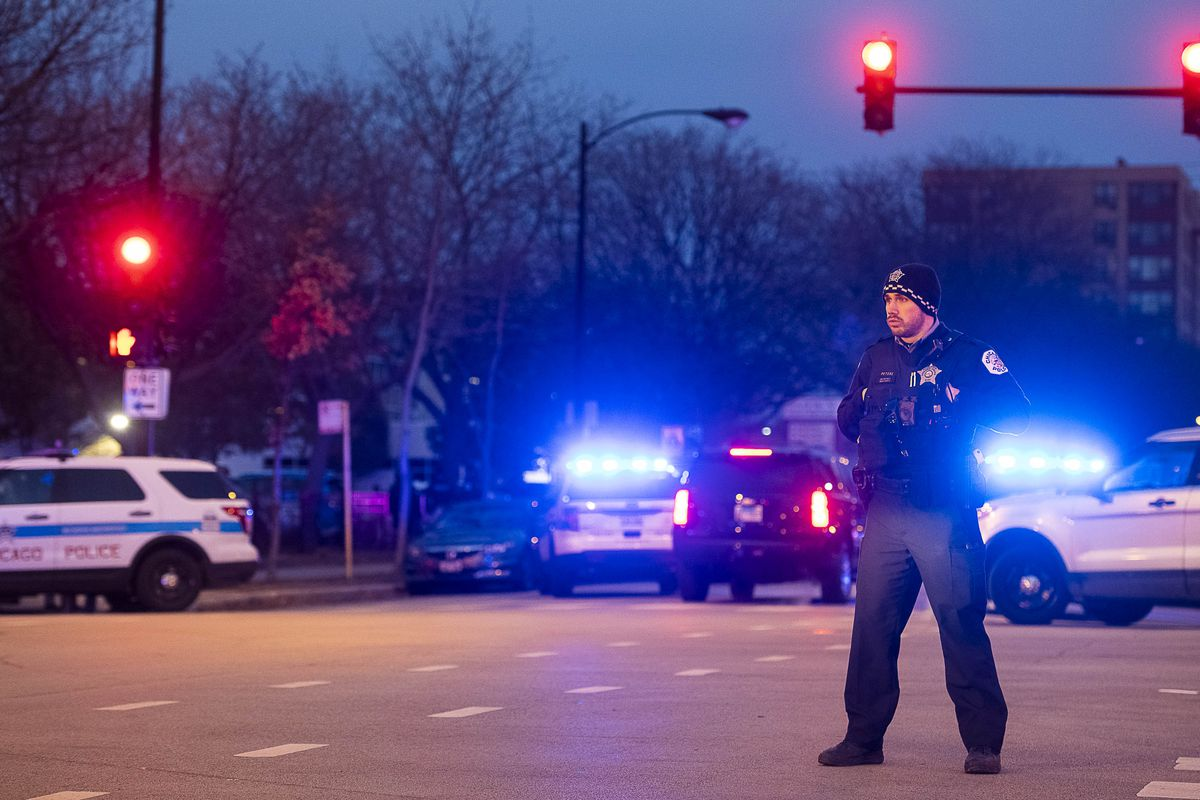 First responders arrive to Mercy Hospital where multiple people were shot, including a Chicago police officer, Monday, Nov. 19, 2018, in Chicago. | Tyler LaRiviere/Sun-Times