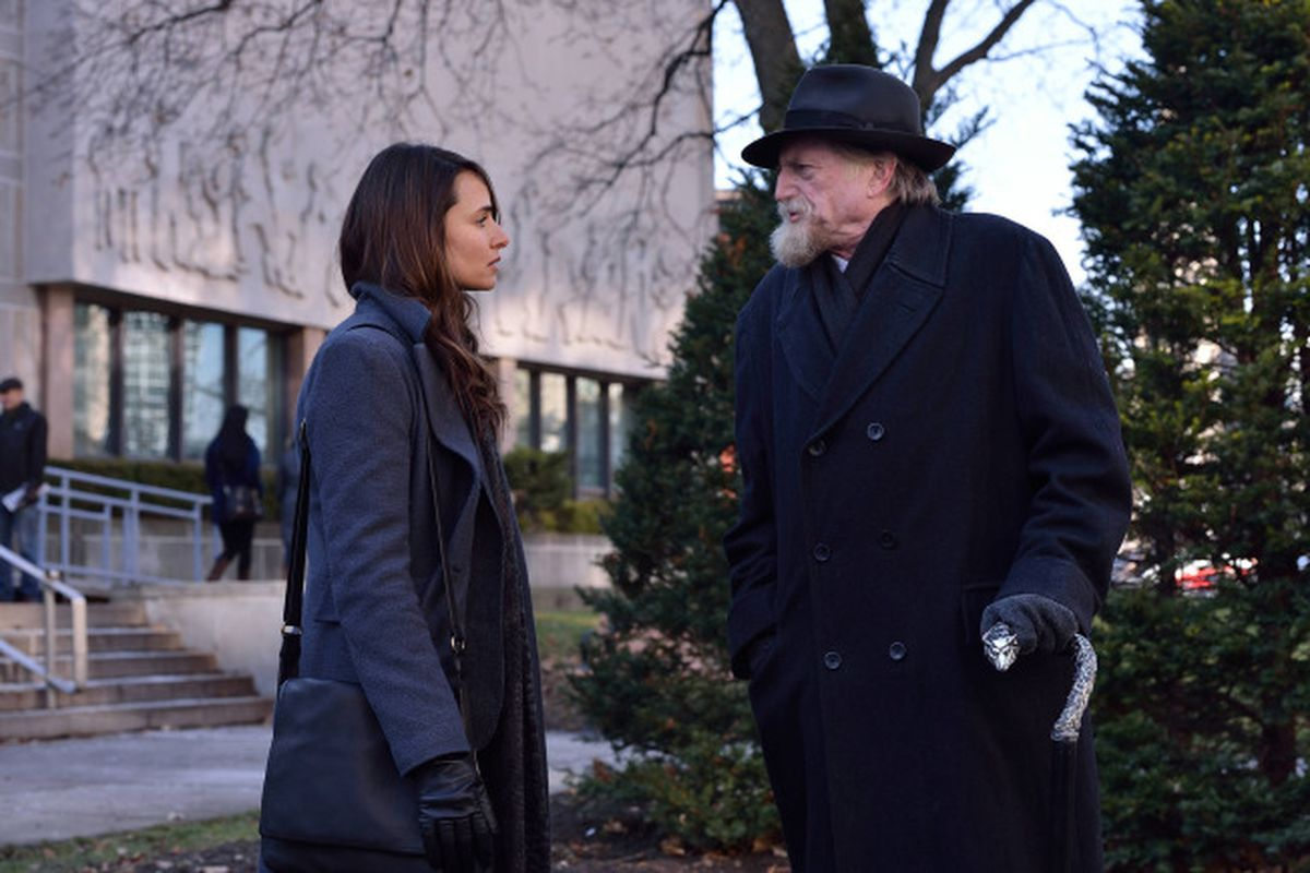 Nora (Mia Maestro) and Setrakian (David Bradley) talk over the vampire scourge.