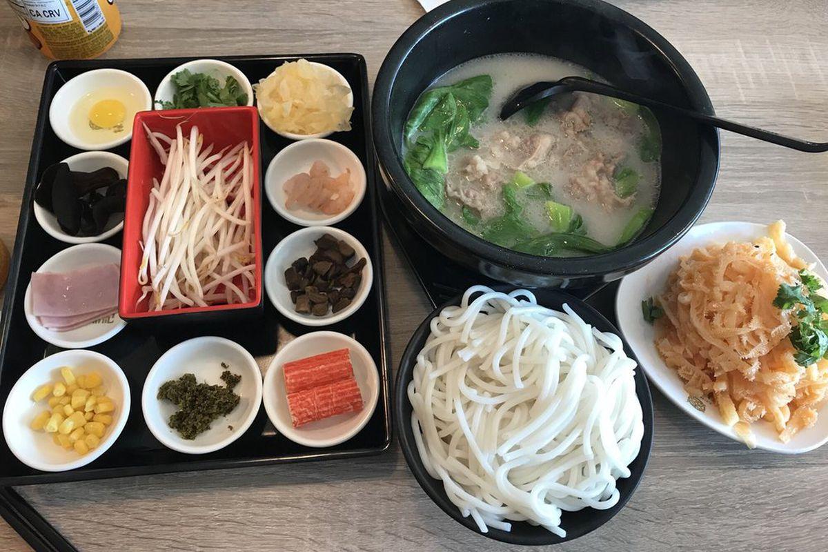 Yunnan rice noodles at Ludingji