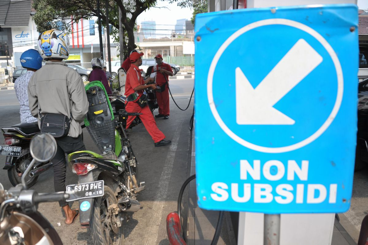 This picture taken on August 29, 2014 shows motorists queuing to fill their motorcycles with non-subsidized gasoline at a fuel station in Jakarta.