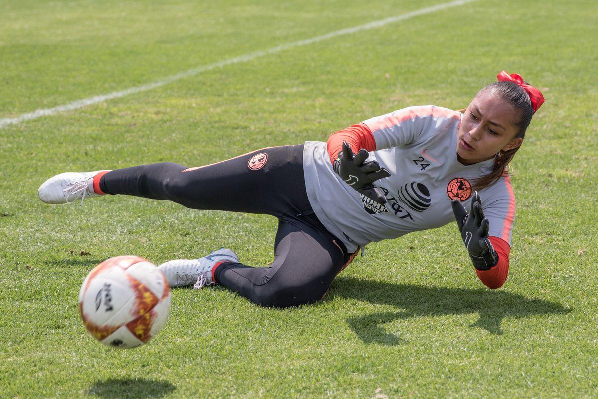 Club América goalkeeper Jaidy Gutíerrez warms up before a match against Pumas.