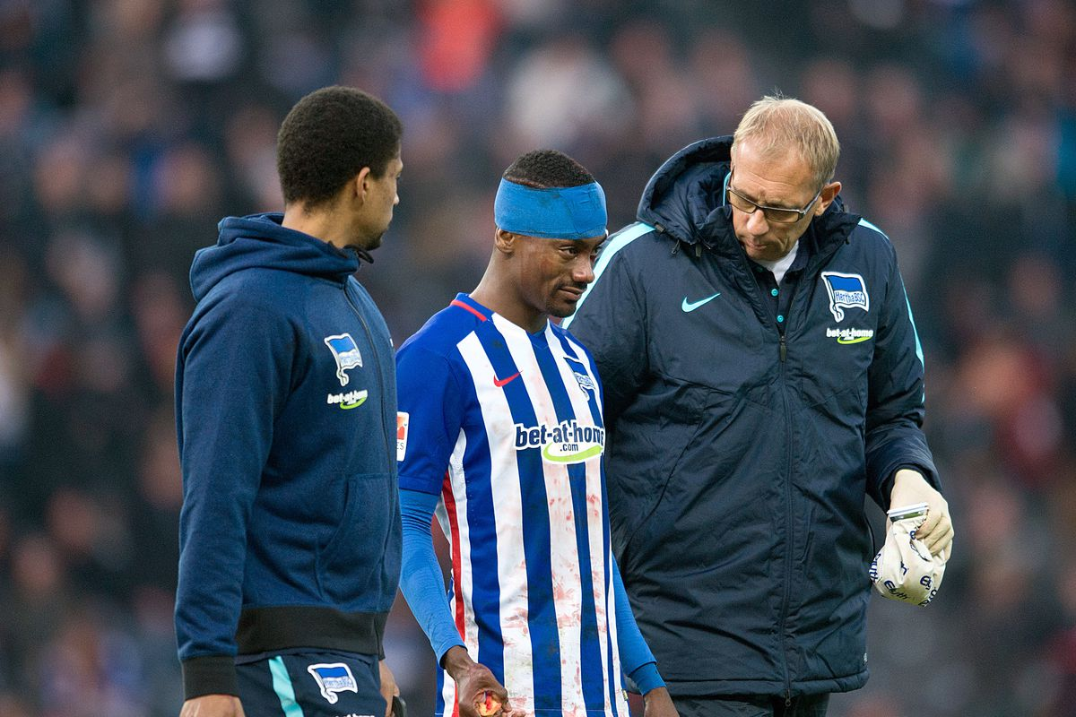 Hertha BSC Berlin vs Borussia Moenchengladbach Hertha's Salomon Kalou walks with Hertha's team doctor Dr. Ulrich Schleicher (R) from the field after a head injury during the German Bundesliga soccer match between Hertha BSCBerlin and Borussia Moenchengladbach in the Olympic Stadium in Berlin, Germany, 31 October 2015. Photo:ANNEGRETHILSE/dpa (EMBARGOCONDITIONS - ATTENTION - Due to the accreditation guidelines, the DFLonly permits the publication and utilisation of up to 15 pictures per match on the internet and in online media during the match)   usage worldwide