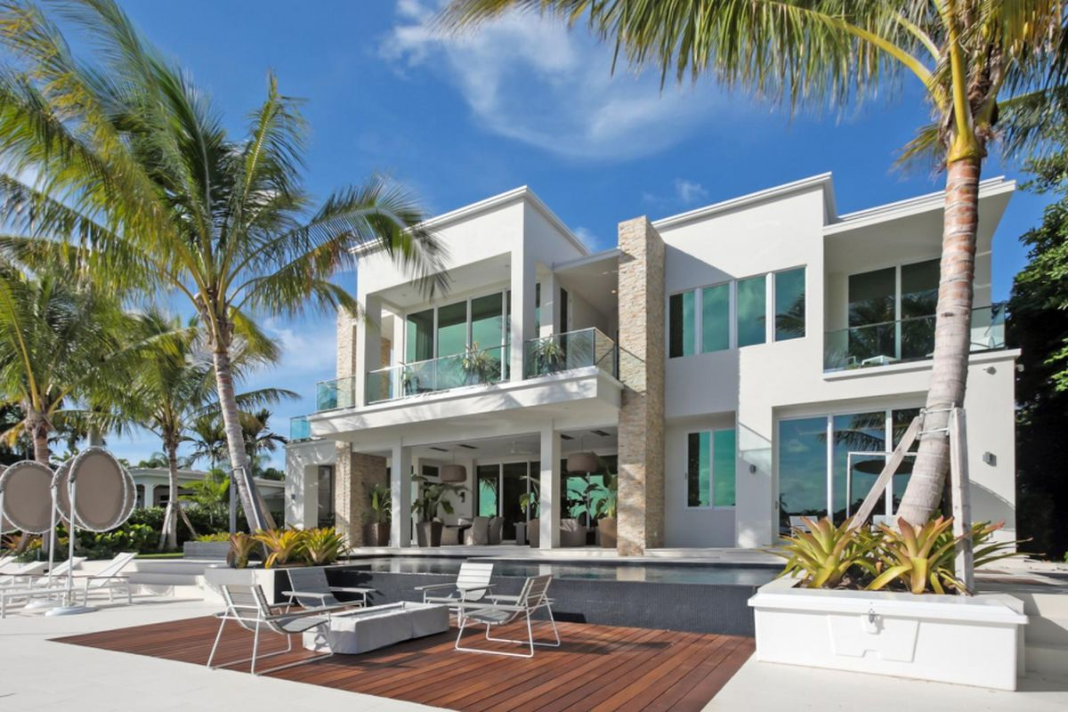 A tropical modern home in Fort Lauderdale with a backyard view.