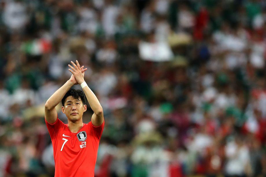 Son Heung-Min in lacrime applaude i suoi tifosi dopo la sconfitta contro il Messico a Russia 2018. Match che sancisce l'eliminazione ai gironi da parte dei coreani. Foto: Elsa/Getty Images.