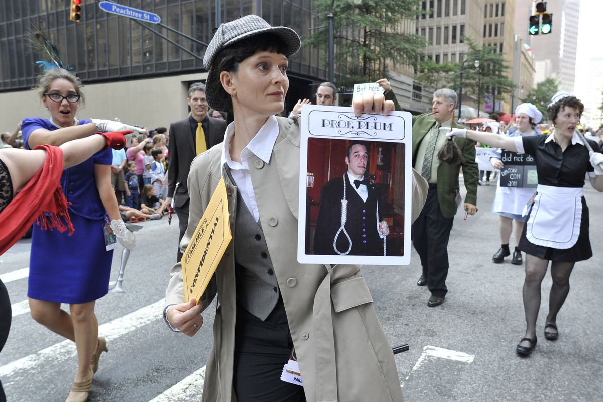 Kira Lehman, dressed as a detective, hol