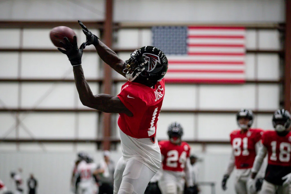 Falcons Wr Julio Jones Is Perfectly Happy With His Helmet