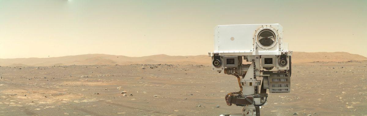Der Kopf der Persistenz ragt wie ein Gesicht aus dem unteren Rand des Rahmens, vor dem Horizont des Mars.