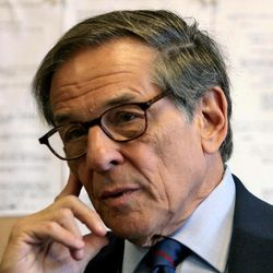 """FILE - In this Aug. 20, 2008 file photo, author and biographer Robert Allan Caro is shown during an interview in New York. In """"The Passage of Power,"""" the fourth of five planned volumes on Lyndon Johnson, Caro devotes more than 100 pages to the events immediately before, during and immediately after Nov. 22, 1963."""